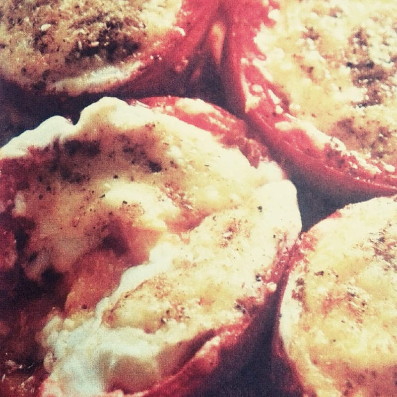 Tomatoes au gratin with cheese
