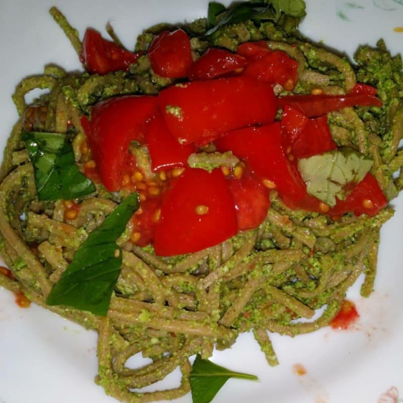 Pastas deletreadas fresco con pesto y tomates cortados en cubitos