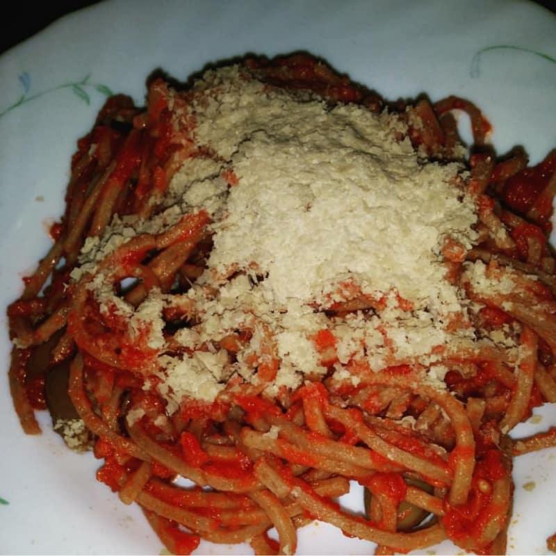 integral pasta fresca se escribe con salsa de tomate y aceitunas