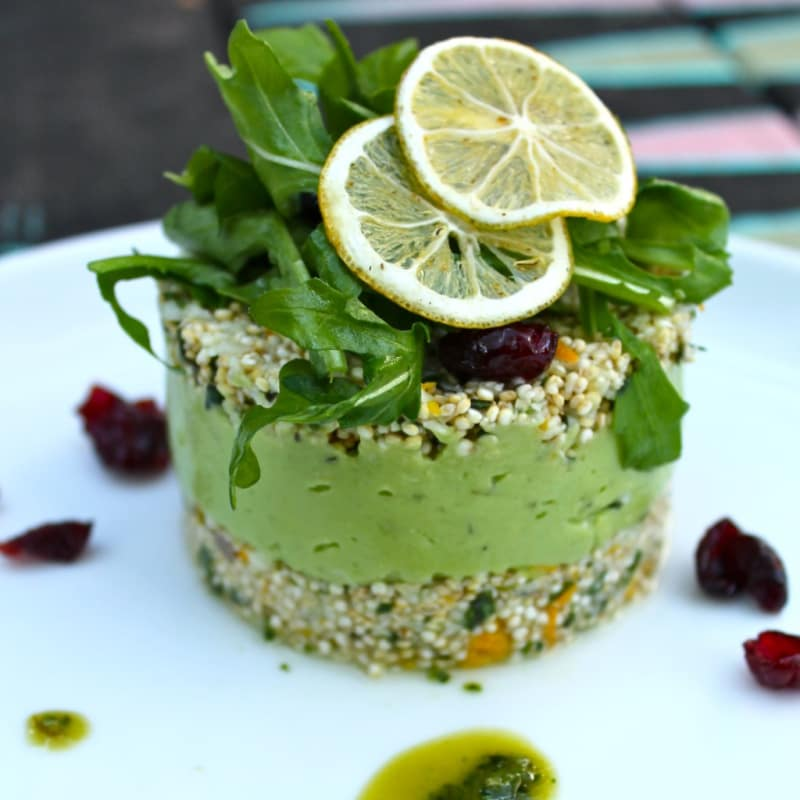 cuscús y coliflor germinaron quinoa con hierbas, cítricos y crema