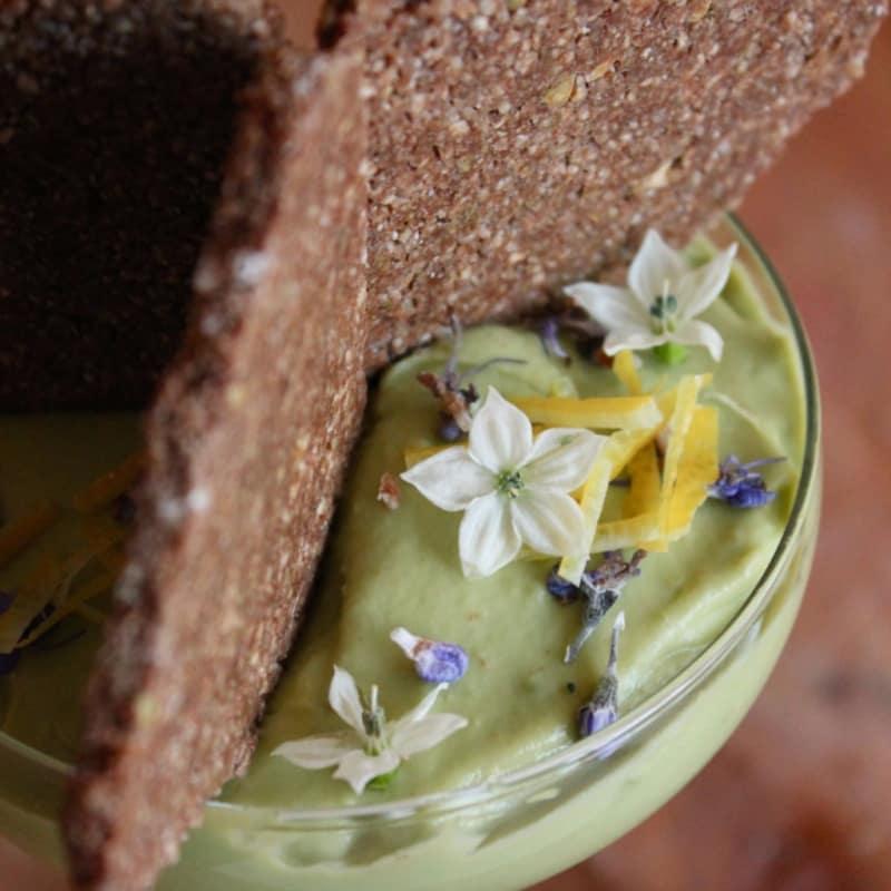 crema de dulce de aguacate con romero y limón con galletas
