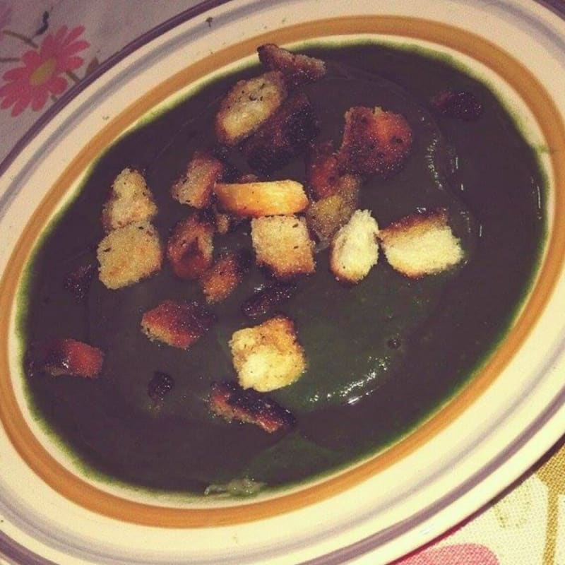 Crema de patata, espinacas y brócoli con picatostes