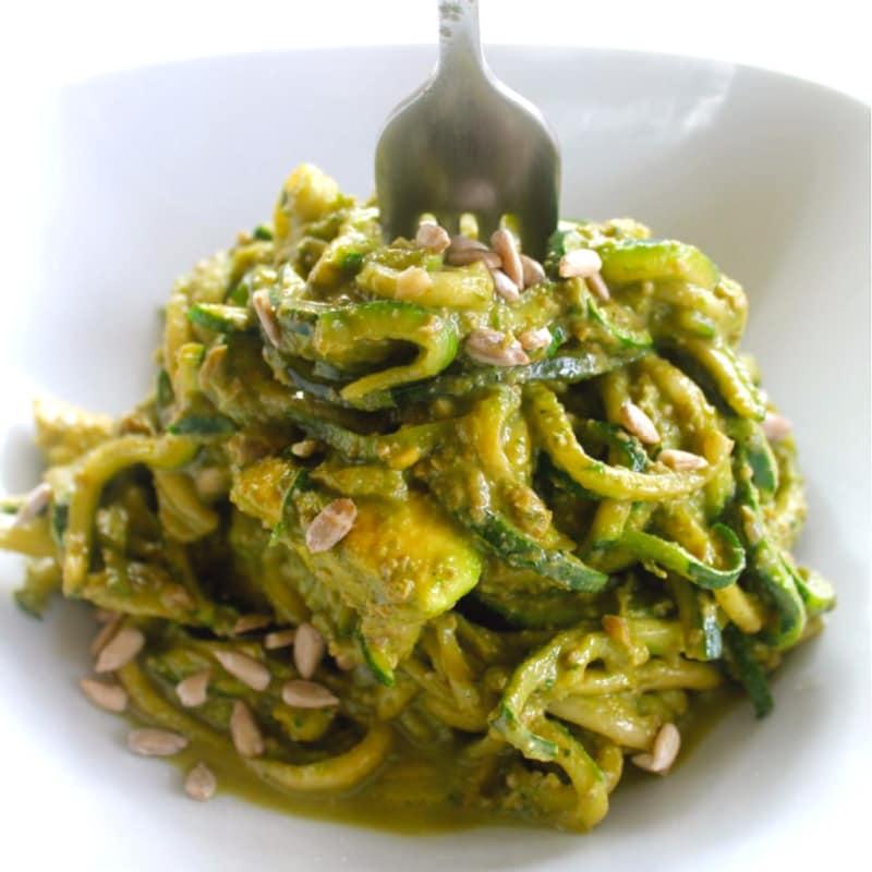 Spaghetti di zucchine crude con crema di pesto
