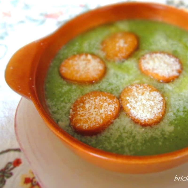 Crema de brócoli, patatas y cebollas con picatostes