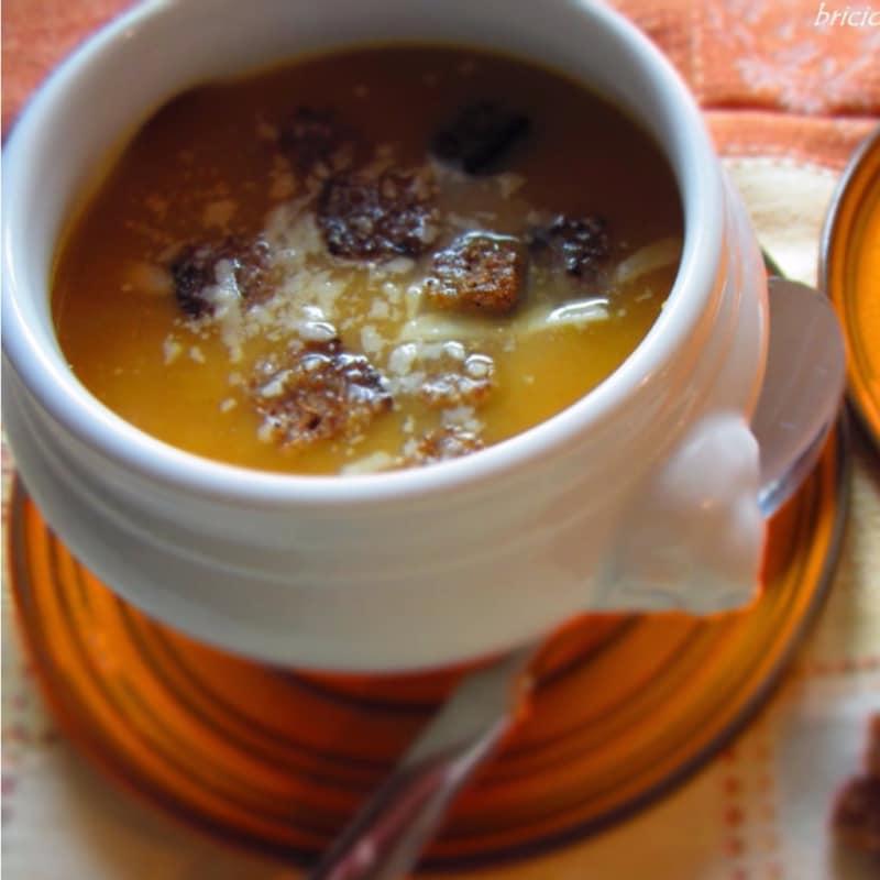 Crema de zanahoria y la patata con migas de pan integral de centeno