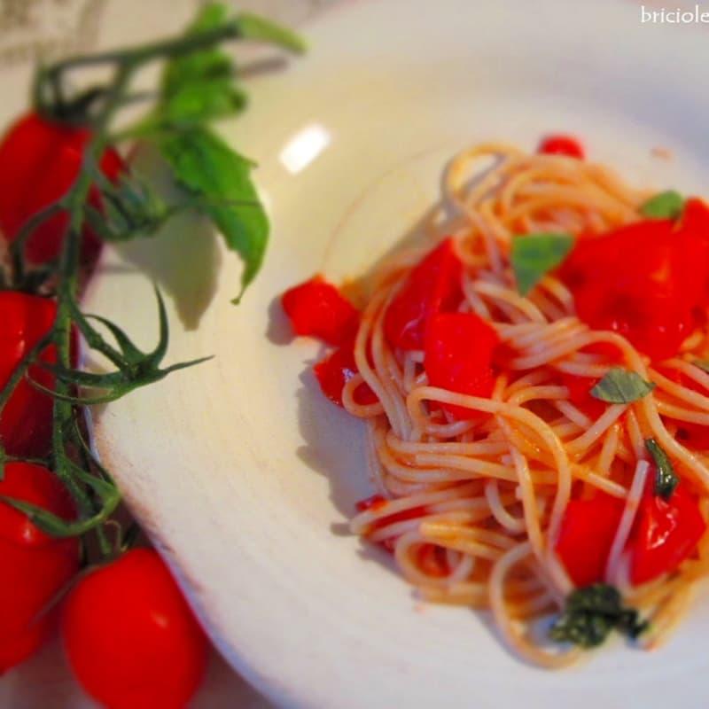 Espaguetis con tomate fresco y albahaca