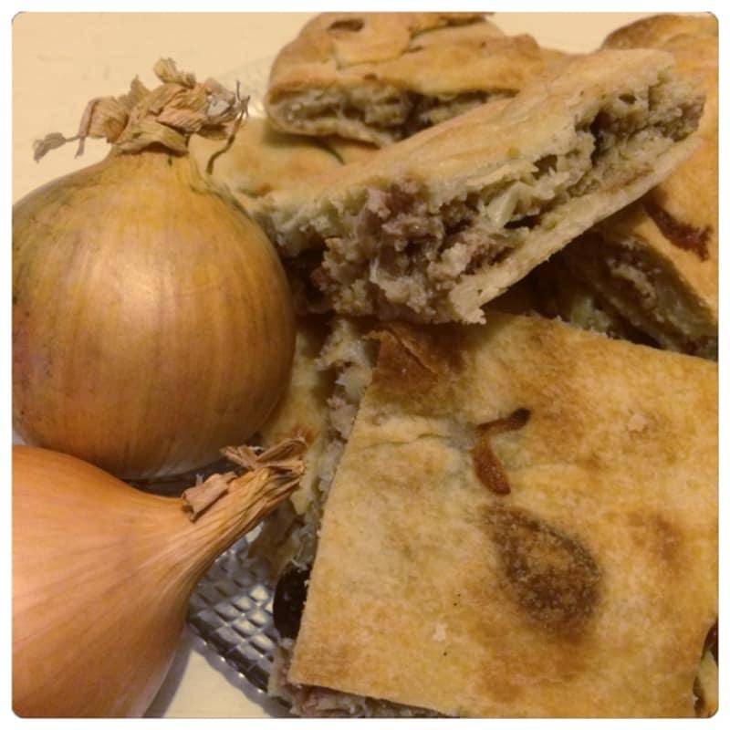 Calzone de la cebolla, la carne picada y aceitunas negras