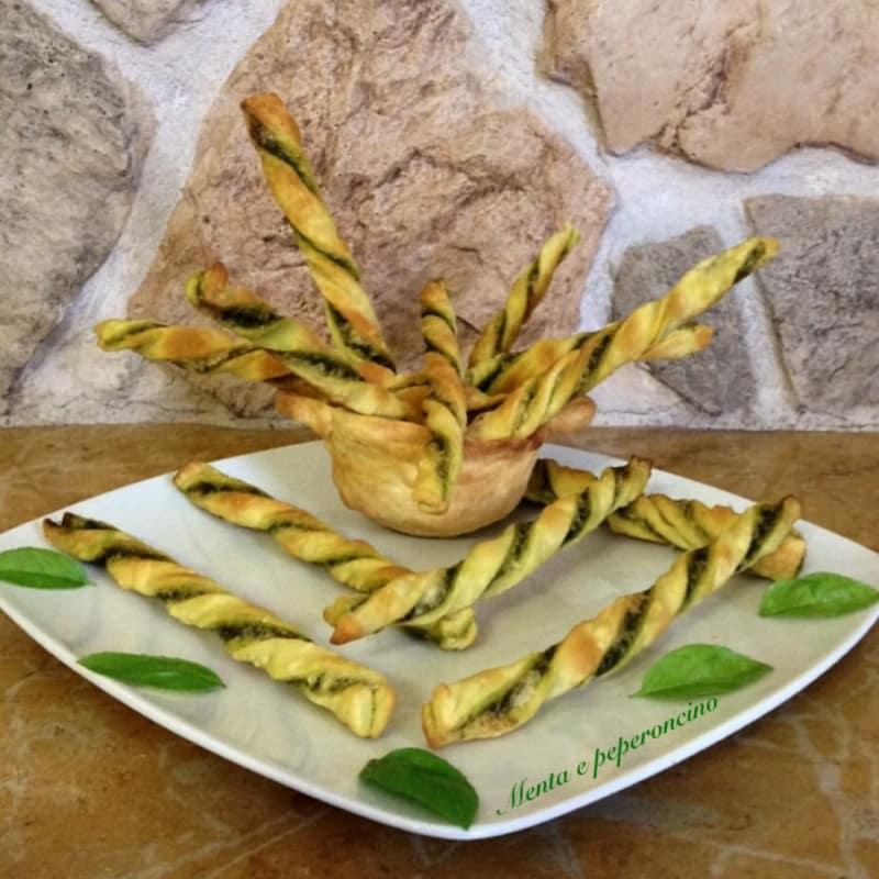Palitos de pan corteza con salsa de albahaca
