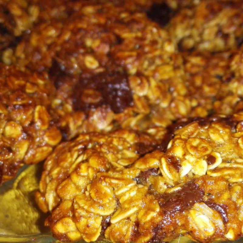 Banana cookies al burro d'arachidi con cioccolato fondente