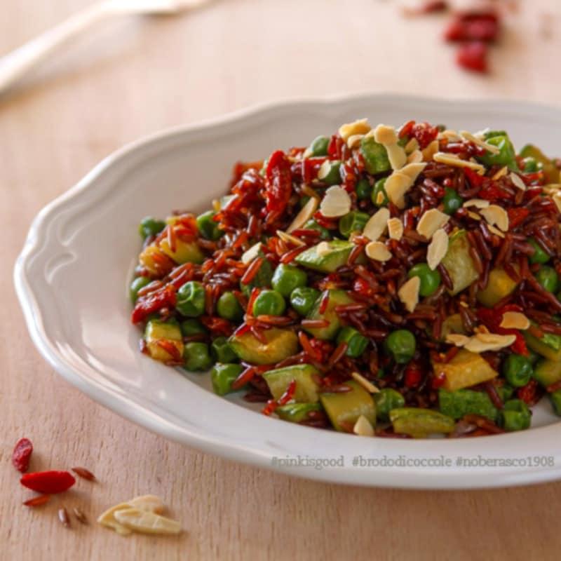 Riso rosso con piselli, zucchine, goji e mandorle