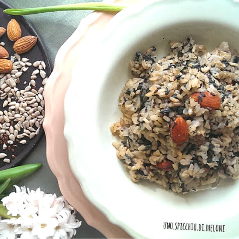El arroz integral con semillas tostadas y espinacas