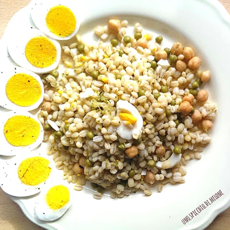 Orzo con piselli, ceci e uova sode
