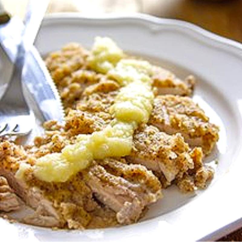 Pollo en costra de pecan con salsa de manzana