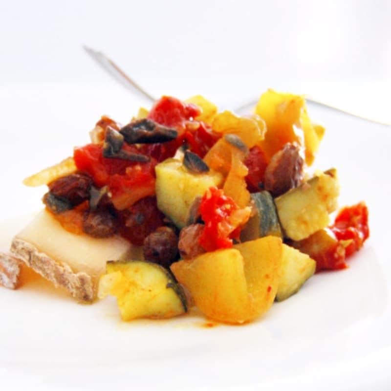 Antipasto estivo agrodolce di zucchine e pomodori