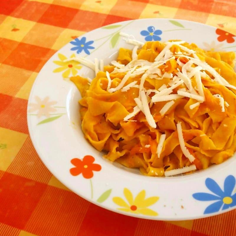 Pasta de color naranja amarillo y rojo