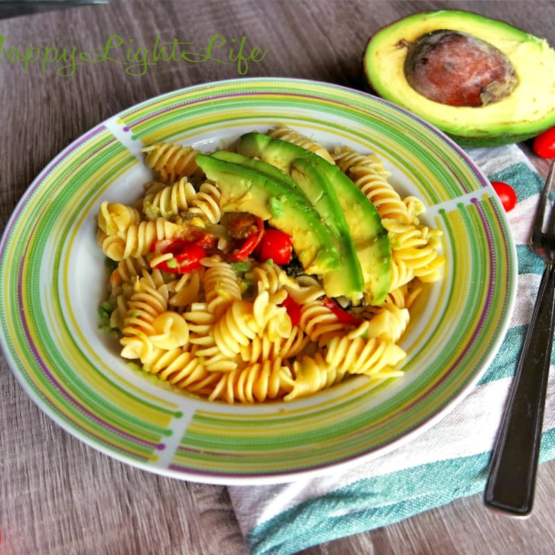 Pasta con tomates cherry y aguacate