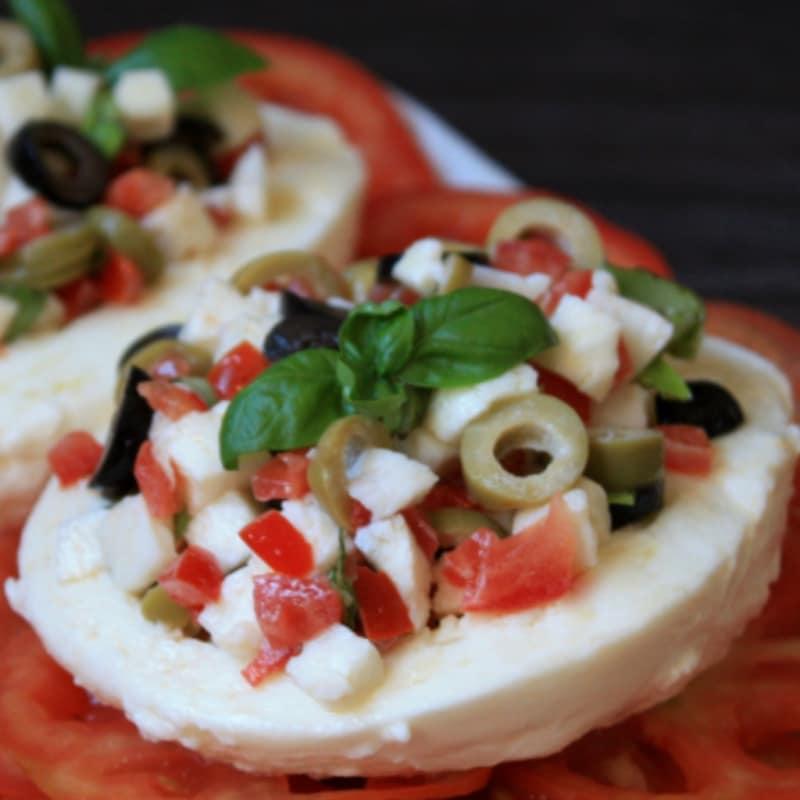 Mozzarella con tomate y aceitunas
