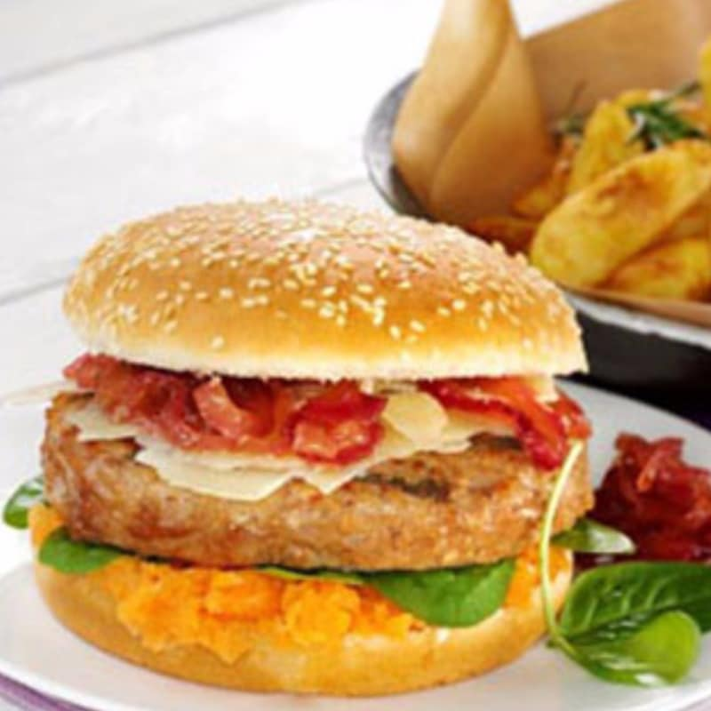 Sandwich con hamburguesa, salsa de zanahoria, queso de oveja y cebolla caramelizada
