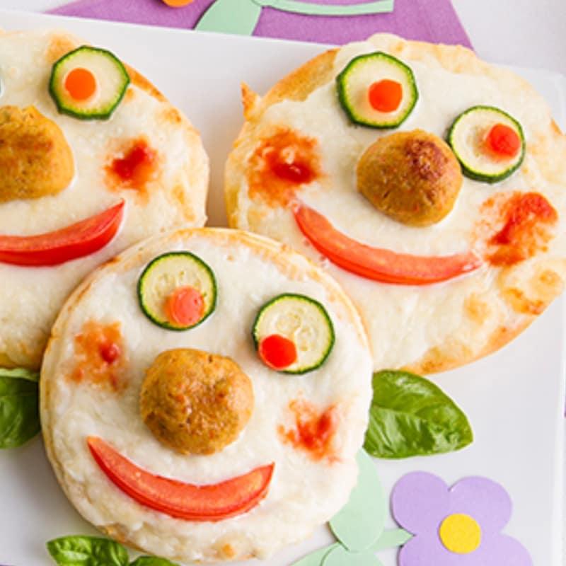 Las pequeñas pizzas con albóndigas y zanahorias sin gluten
