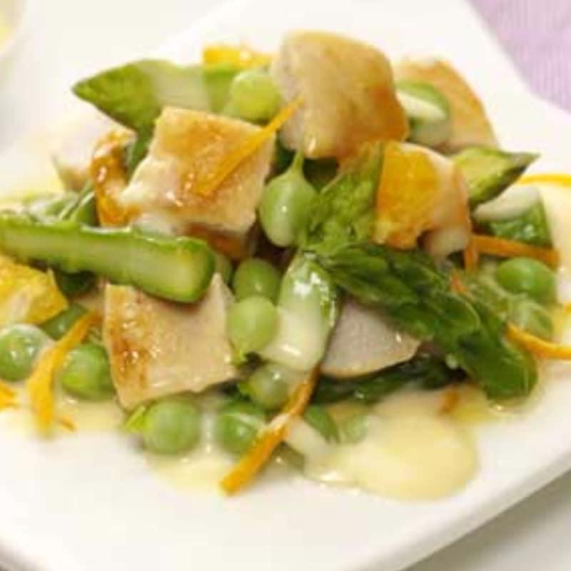 ensalada de pollo y verduras con aroma de naranja