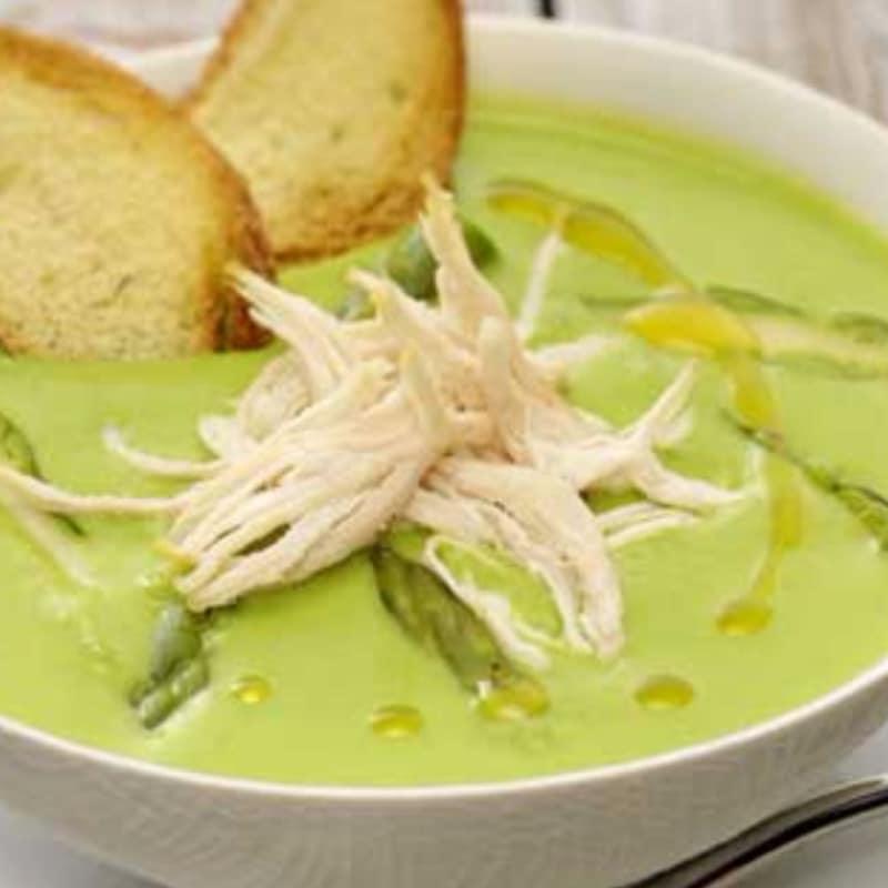 Sopa verde con pelusa de pollo