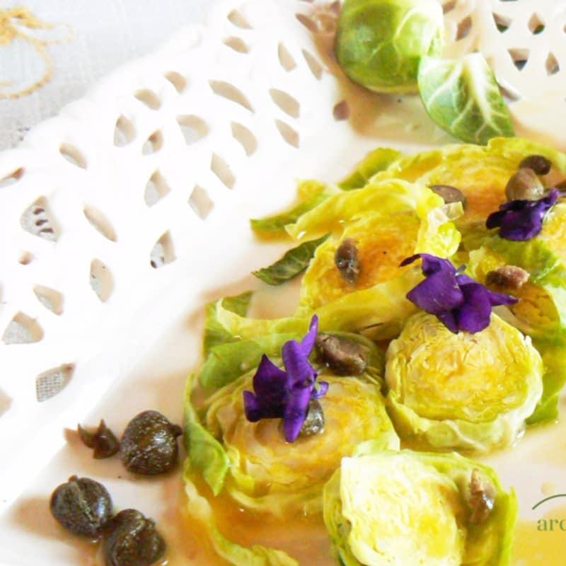 Ensalada de bruselas primas brota con salsa agridulce