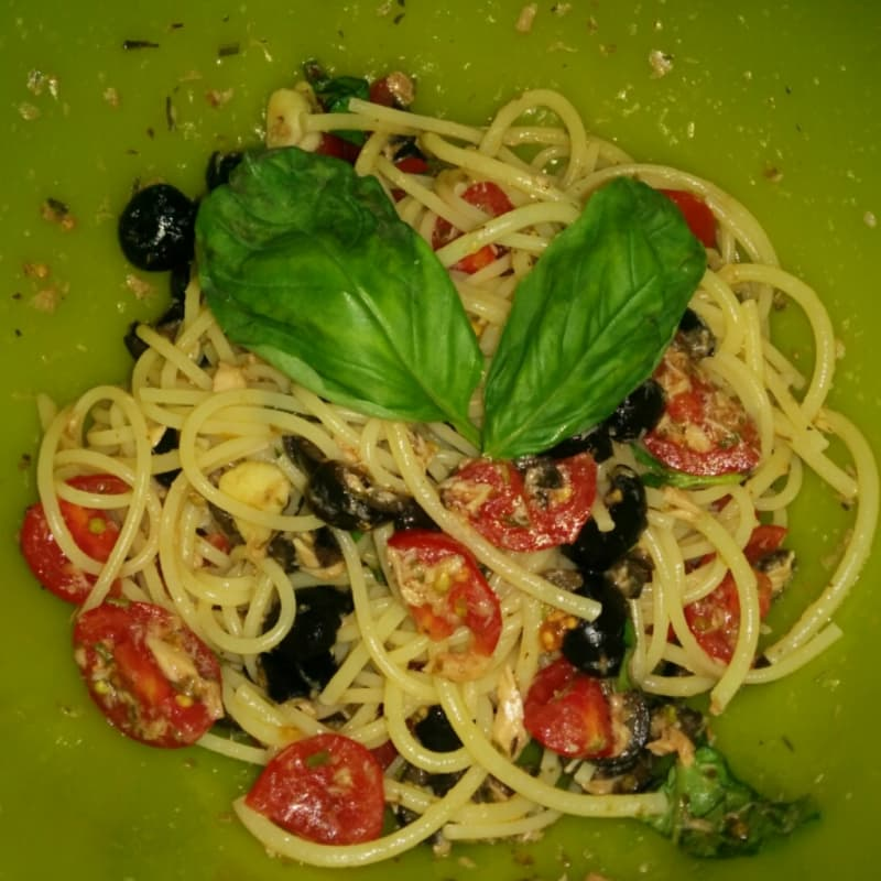 Spaghetti fresh tuna, cherry tomatoes and black olives