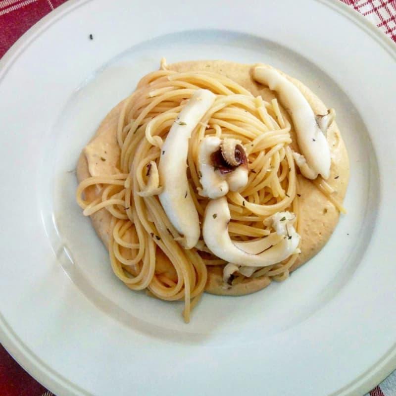 Linguini con calamares en crema de frijol