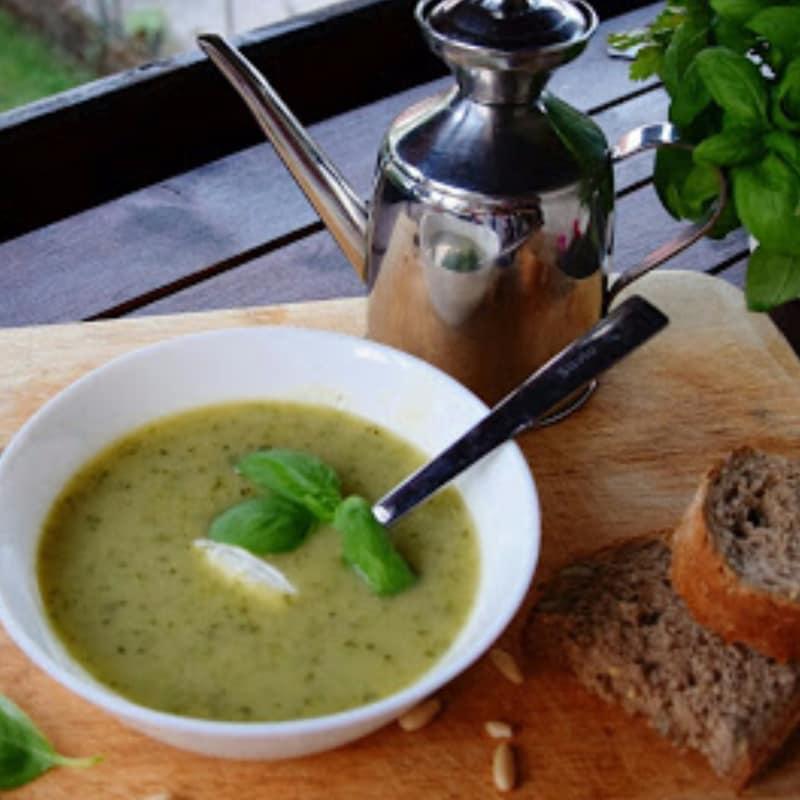 Crema de calabacín y piñones con sabor a albahaca