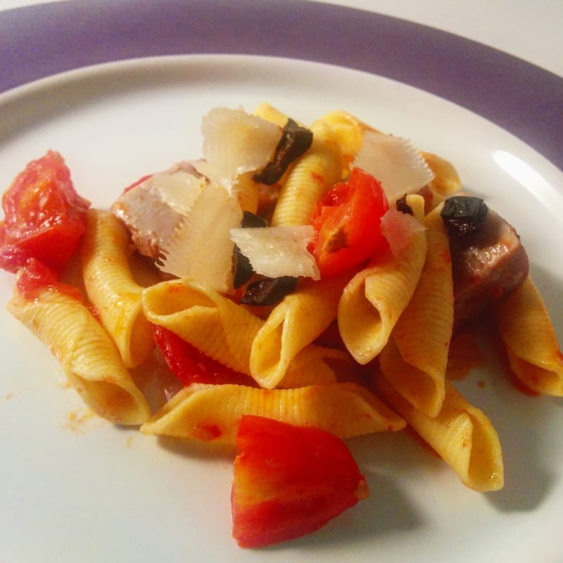 tomates cherry garganelli y atún fresco