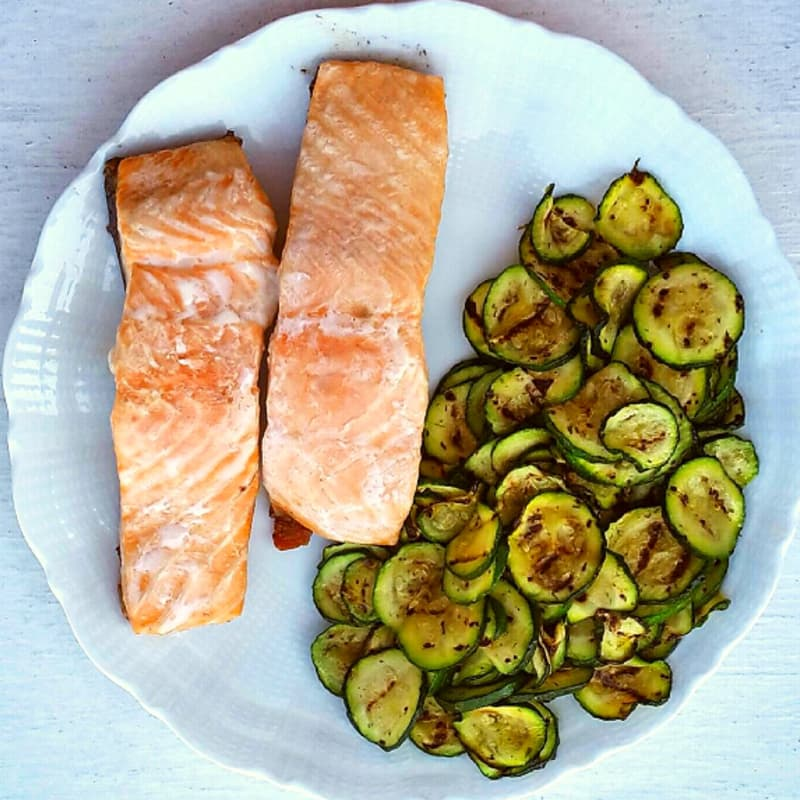 Fillets of salmon served with zucchini