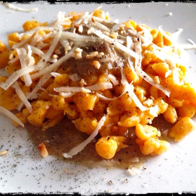 Spatzle con calabaza y salsa de nueces y queso de oveja