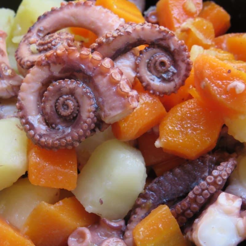 Ensalada de pulpo, las zanahorias, las patatas y el jengibre