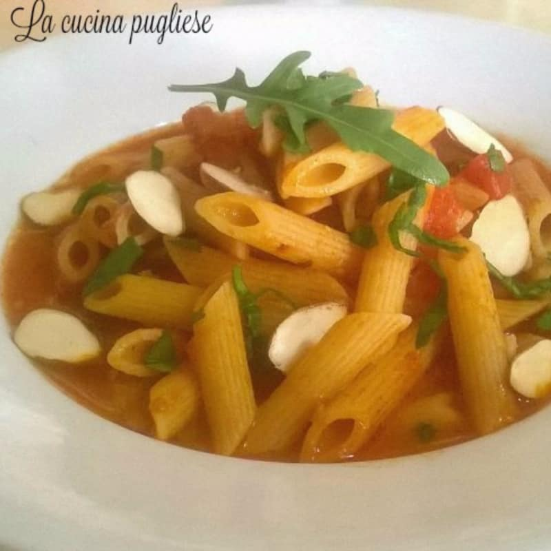 Penne with spicy arugula and almonds