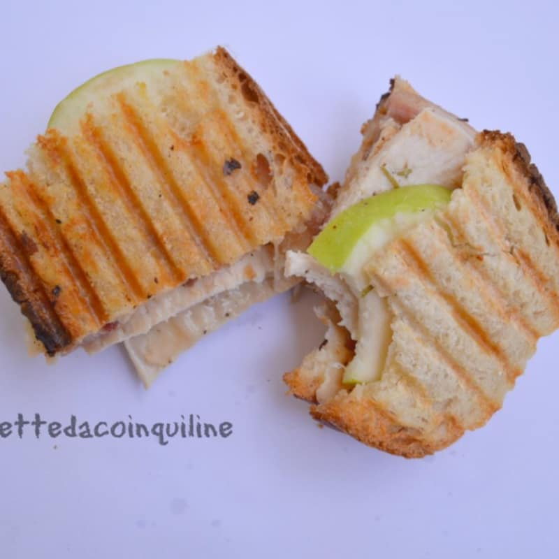 Sándwich con pollo asado y crujiente de manzana verde
