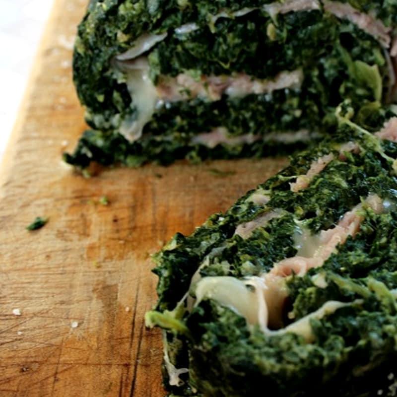 Rollo de espinacas con queso suizo y jamón