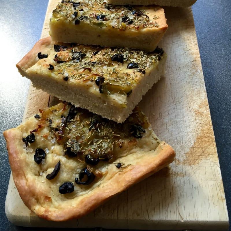 Focaccia veloce con olive, porro e rosmarino