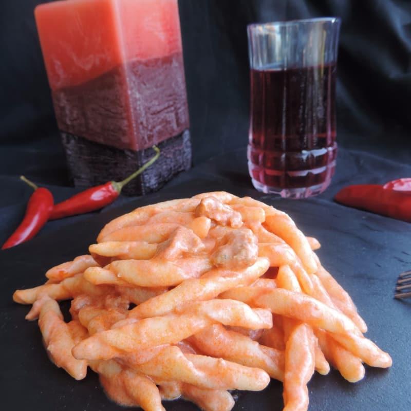 Fusilli con salsa de crema y salchichas