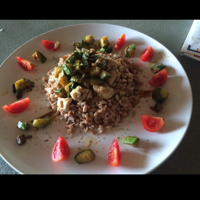 Farro con pollo y verduras en dados