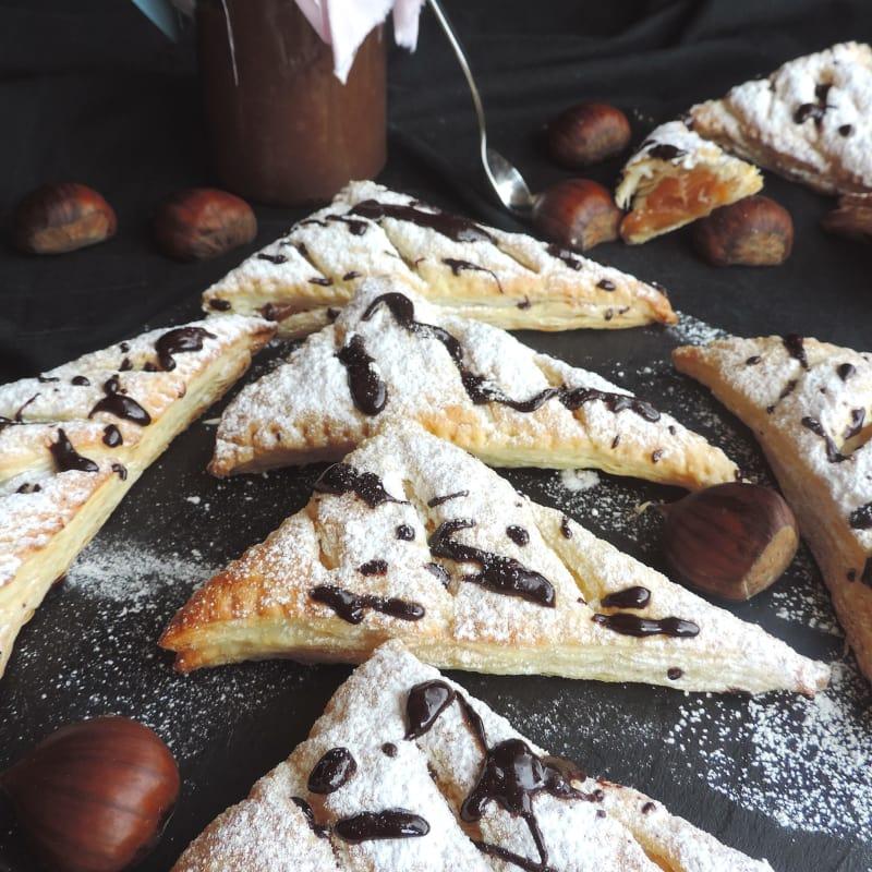 Triángulos de pasta rellenos de crema de castañas