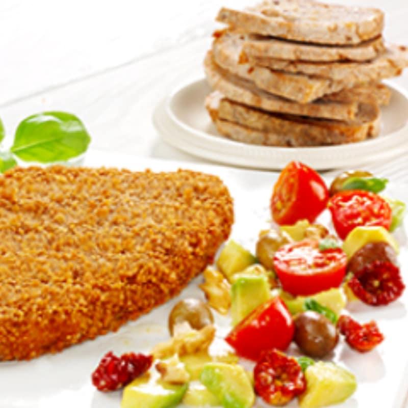 Schnitzel bien con la ensalada sabrosa