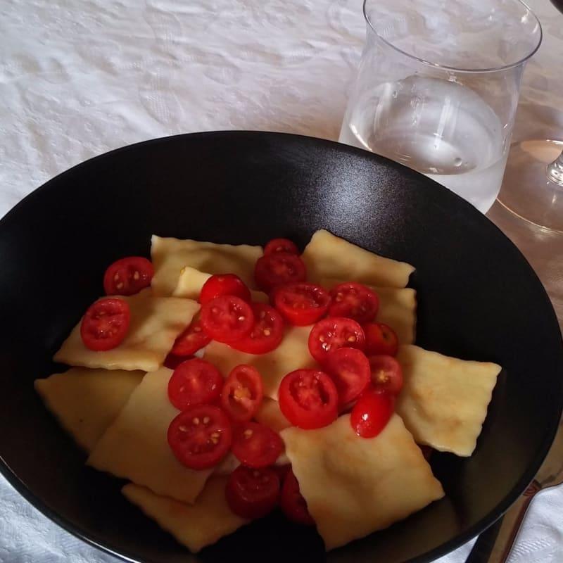 raviolis vegetariana con queso ricotta y aceitunas con tomates sin exceso