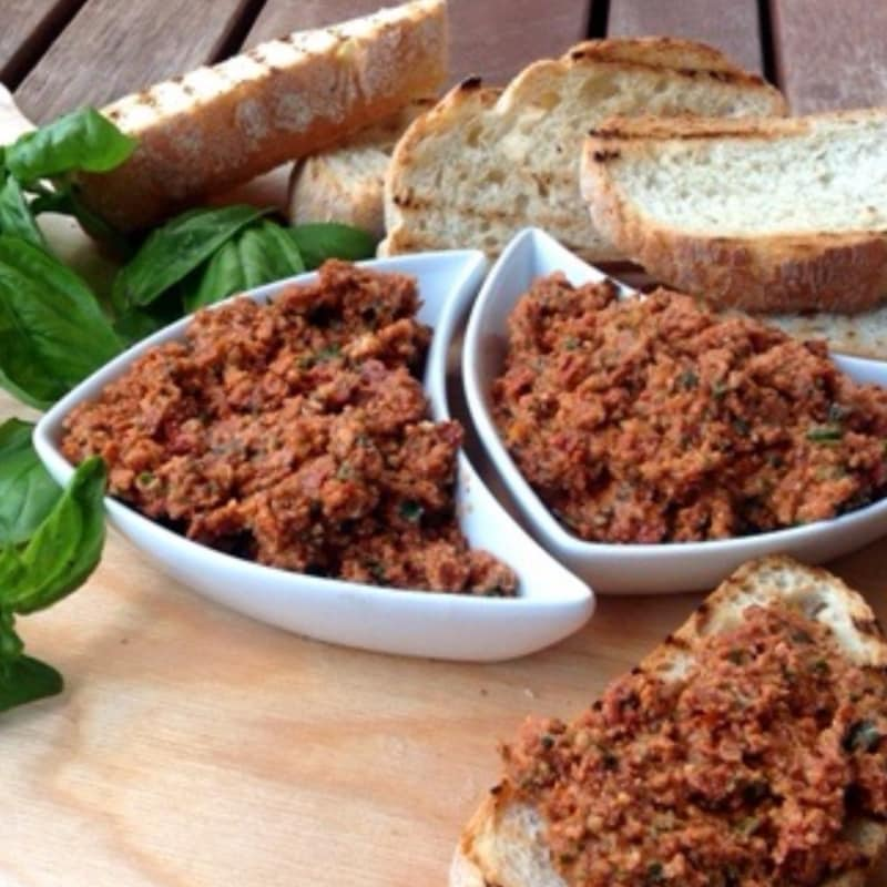 bruschetta delicioso con tomates secados al pesto