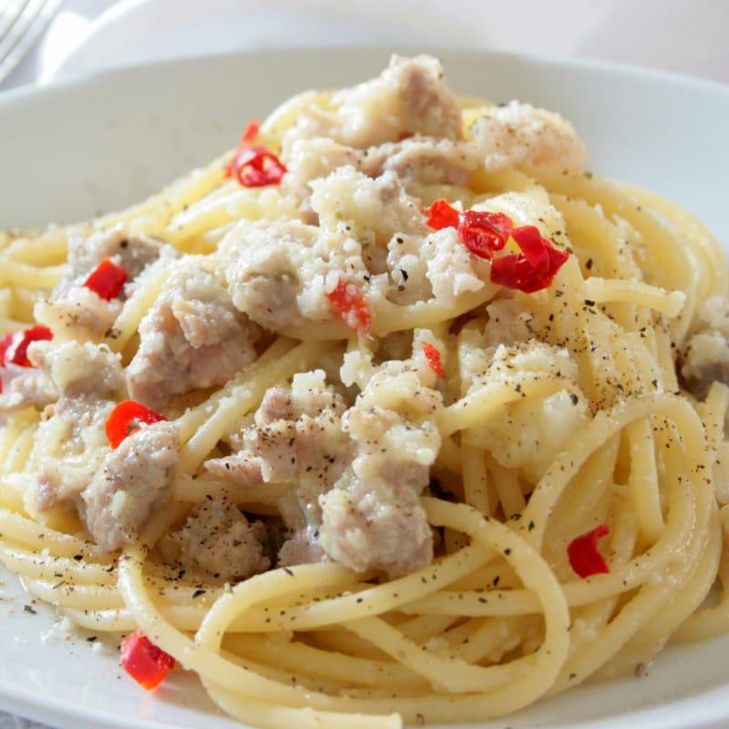 espaguetis picantes con la coliflor y la salchicha