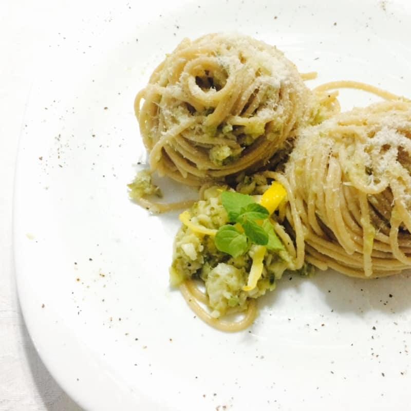 espaguetis integrales a zuccchine merluza, limón y menta
