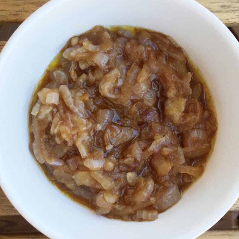 Las cebollas caramelizadas en salsa de shoyu