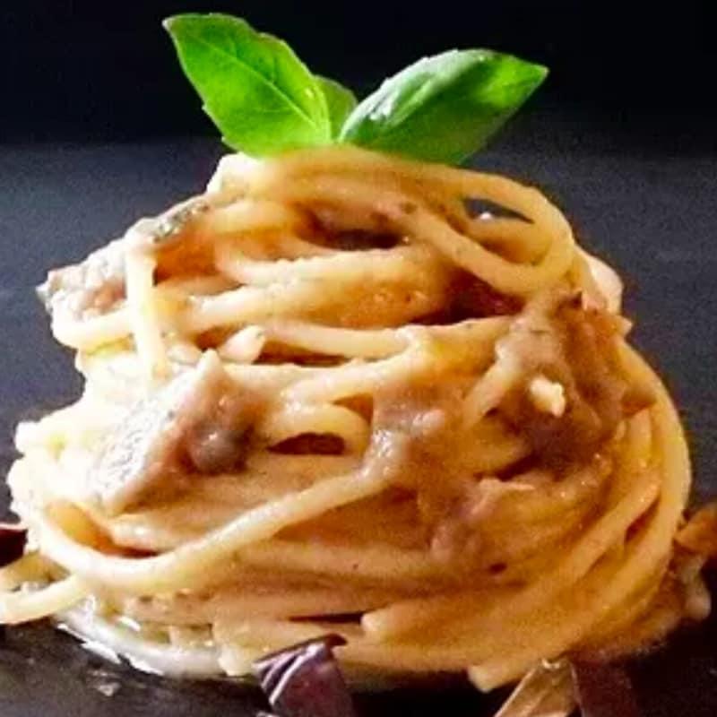 Espaguetis con berenjena al pesto