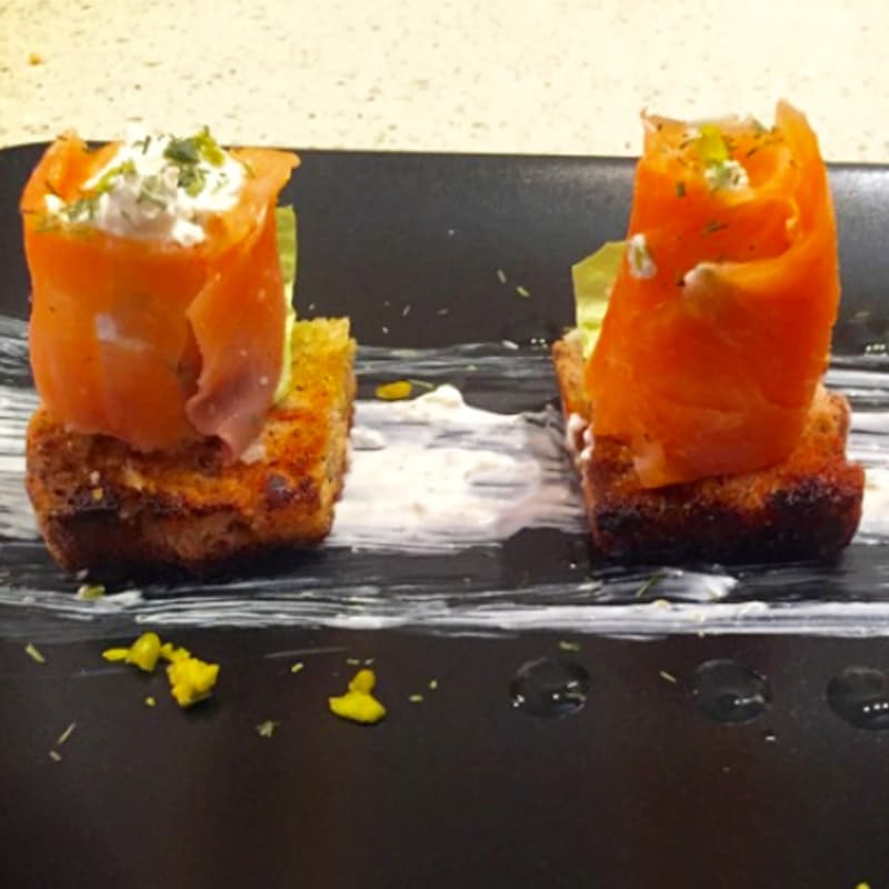 Crostini con involtini di salmone affumicato, philadelphia e pistacchi