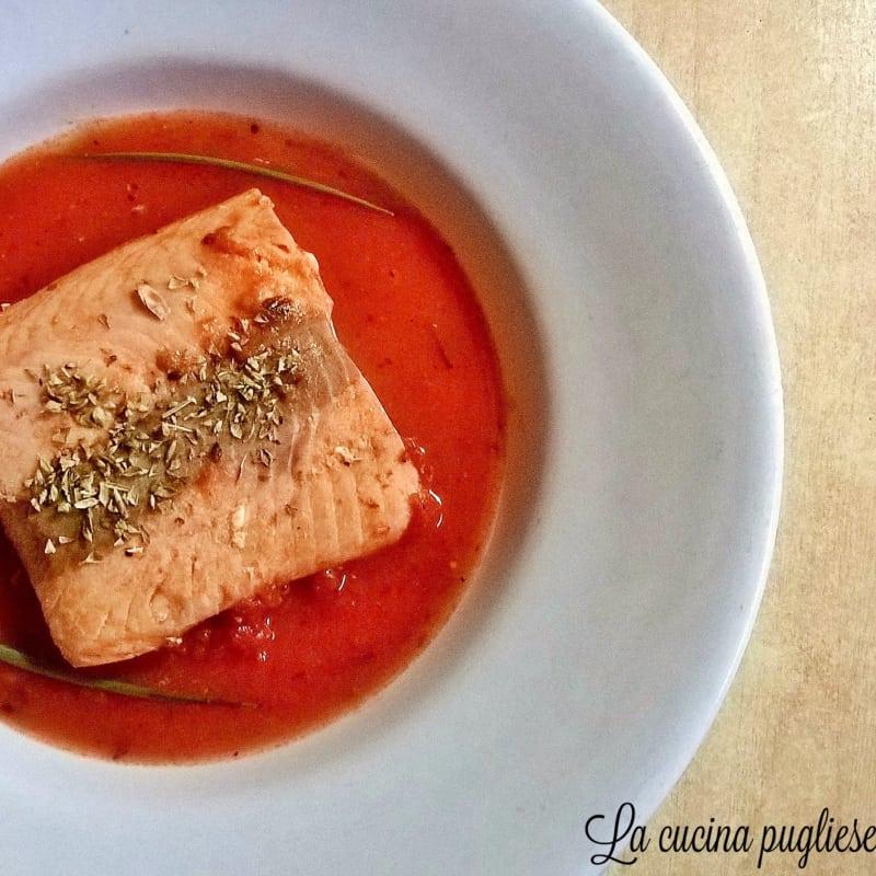 Lomo de salmón con salsa de tomate