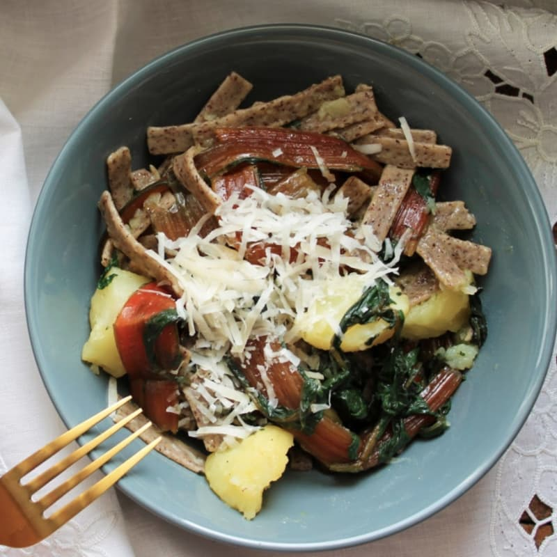 trigo sarraceno pizzoccheri con patatas cocidas y de cabra